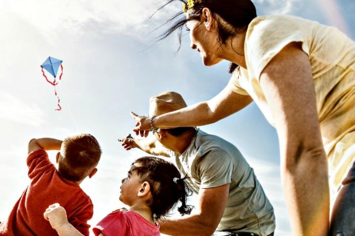 the brisbane kite festival, family flying coloured kite